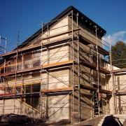 Landesk. Gemeinschaft Hohenstein-Ernstthal 2003 - Umbau und Neubau: Der Außenputz am neuen und alten Gebäude wird angebracht