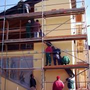 Landesk. Gemeinschaft Hohenstein-Ernstthal 2003 - Umbau und Neubau: Kreuzbalken werden montiert, das Gerüst fällt